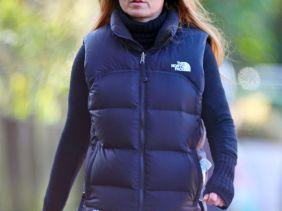 """b89e9f9a565435 Spice Girl Geri Halliwell in black The North Face """"Nuptse"""" down vest"""