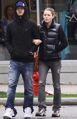 "7c0dea453 Jessica Biel in black The North Face ""Novelty Nuptse"" down vest ..."